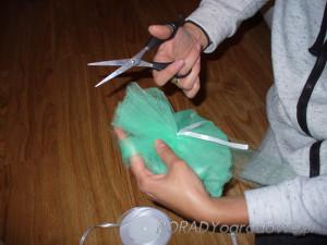 jak zrobić pompon z tiulu